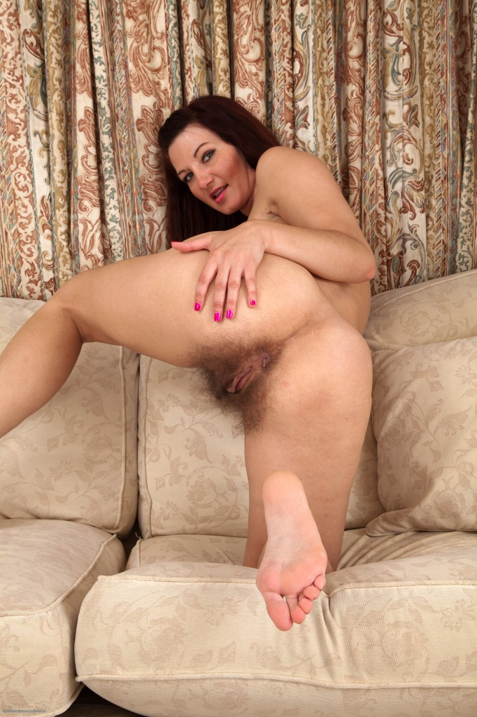 Mature wide hips hairy pussy